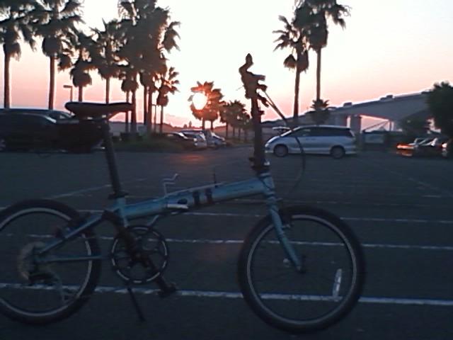 朝日が登る浜名湖です